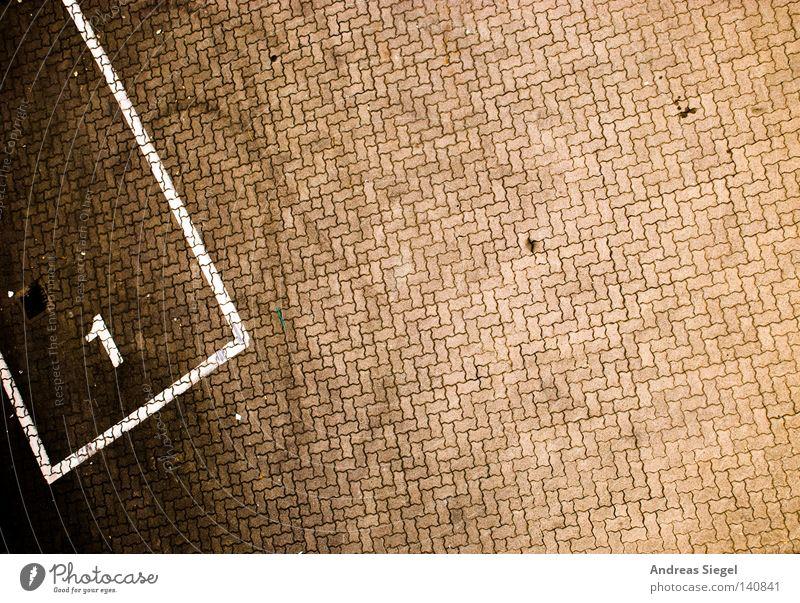123.000 - Platz 1 Kiel Parkplatz Schilder & Markierungen Nummer eins Straße Stein reserviert Vogelperspektive frei Ziffern & Zahlen Linie braun Reifenspuren