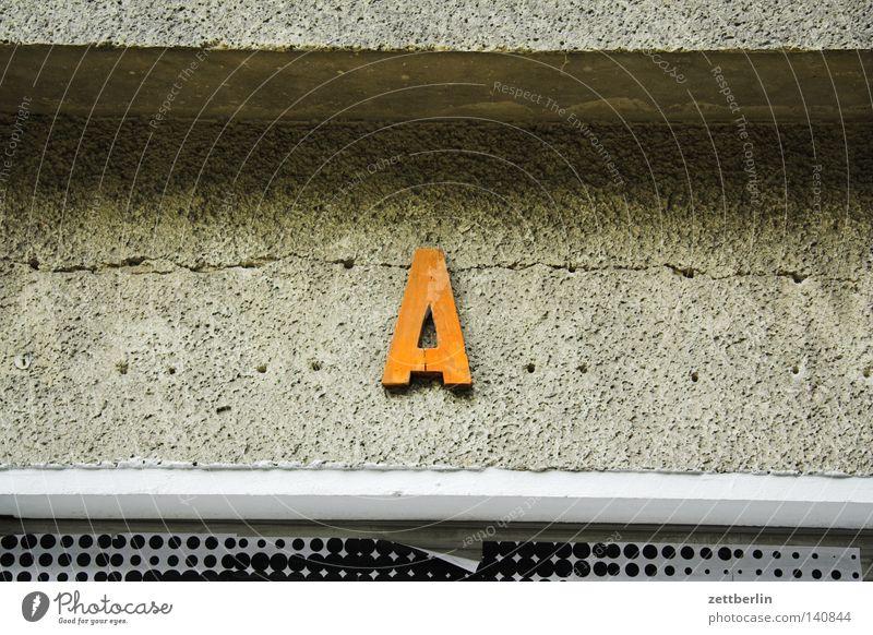 A groß Beginn Fassade Kommunizieren Schriftzeichen Buchstaben Werbung Medien Ladengeschäft Typographie Montage Großbuchstabe Anfangsbuchstabe