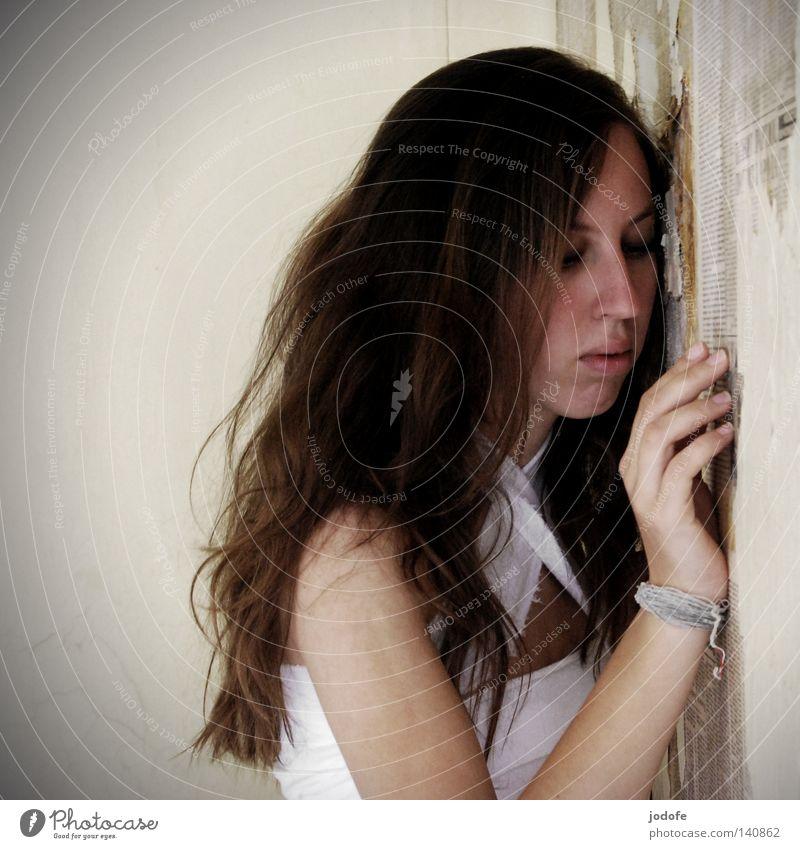 Alleingelassen. Frau Lebewesen Porträt Wimpern Kinn Hand Finger Armband Stofffetzen weiß hell Wand Tapete Zeitung abblättern Einsamkeit Trauer Sehnsucht