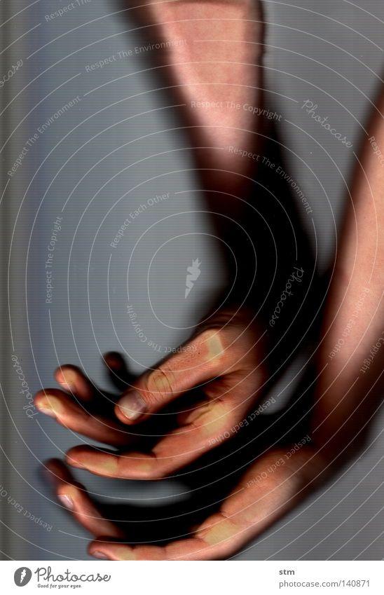 touch 9 Hand schön ruhig Tod Gefühle grau Tanzen Angst gehen Nebel Haut liegen Finger Suche Trauer festhalten