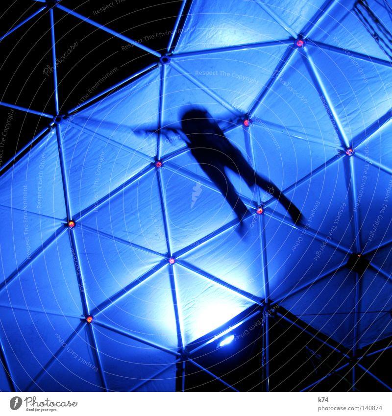 untitled Fliege fliegen Schweben Schwerkraft blau Kuppeldach Dreieck Mensch Bewegung Held springen hüpfen Luft Geschwindigkeit Silhouette bodenständig Luftikus