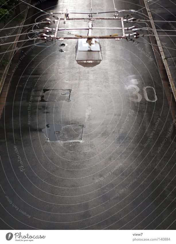 Nebenstraße Stadt Haus Straße Leben Lampe Regen Wetter Beleuchtung Schilder & Markierungen nass Beton Verkehr Seil Elektrizität Hinweisschild Ziffern & Zahlen