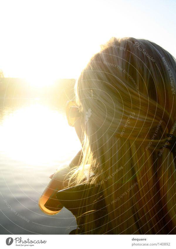 Gegen die Sonne Frau Wasser Sonne Sommer Strand Haare & Frisuren Küste Party See Horizont Feste & Feiern blond gold trinken genießen Flasche