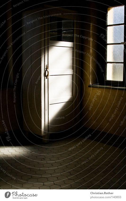 Ein Licht in der dunkelsten Stunde Sonne Einsamkeit kalt Tod Fenster Traurigkeit hell Tür Trauer Bodenbelag Ende Fliesen u. Kacheln historisch Zerstörung