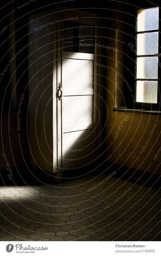 Ein Licht in der dunkelsten Stunde Tschechien Schrank hell Tür Fliesen u. Kacheln Bodenbelag Sonne Fenster Krematorium Tod kalt Einsamkeit Trauer Ende