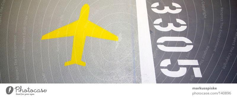 3305 gelb Straße grau Flugzeug leer KFZ Schriftzeichen Ziffern & Zahlen Flughafen Hinweisschild Etage Typographie Fahrzeug parken Wegweiser