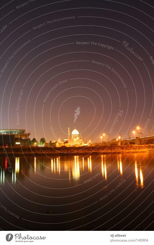 so fern und doch so nah Dresden Sachsen Deutschland Nacht kalt Moschee Religion & Glaube Islam Yenidze schön Gold Fluss Elbe Wasser nass Licht Physik gelb