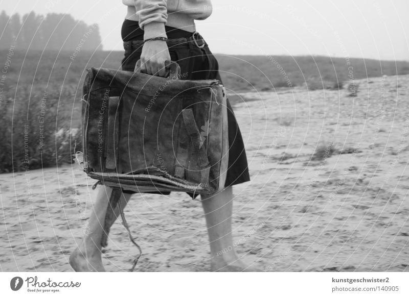 Gestrandet Koffer Ferne Strand Mann Leder schwarz Hose Küste Mensch Sand Beine Stranddüne frei Einsamkeit alt Weis Natur Landschaft Lederkoffer Ledertasche