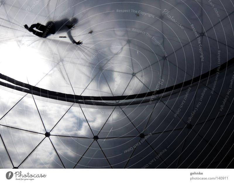 Vom Himmel gefallen Mensch krabbeln schwarz weiß Froschperspektive Kontrast Wolken Strukturen & Formen Stabilität Konstruktion Raster Spannung seltsam oben hoch