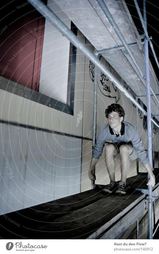 andersrum Mann Jugendliche rot Freude Einsamkeit schwarz Straße Fenster grau Bewegung Glück springen Luft Beine Tür Schuhe