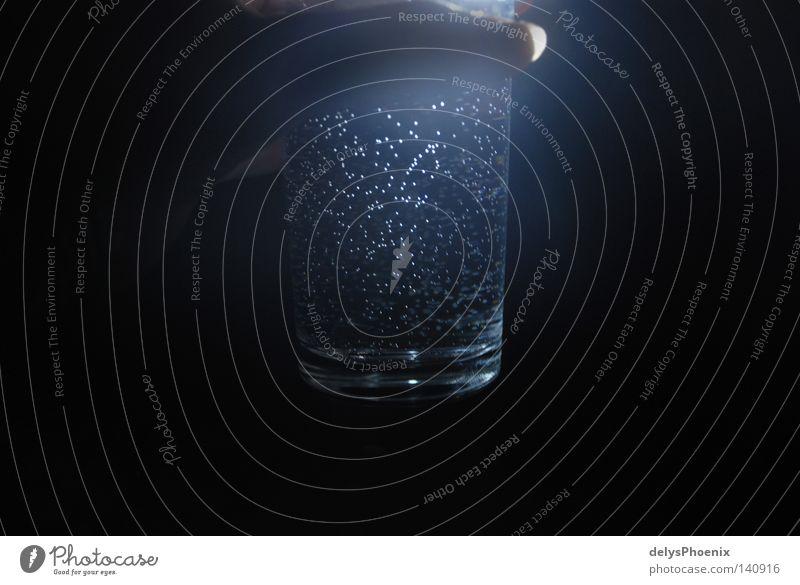 sternenhimmel im glas. Wasser schwarz dunkel Glas Trinkwasser Getränk trinken Flüssigkeit mystisch Erfrischung sprudelnd Mineralwasser Wasserglas durchleuchtet Kohlensäure Vor dunklem Hintergrund