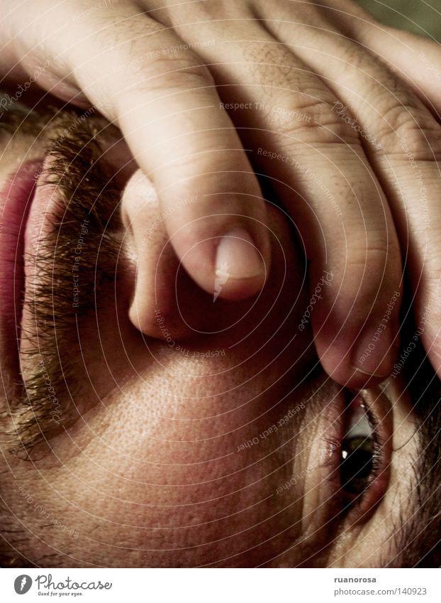 Hand Freude Gesicht Auge lachen träumen Nase Finger Lippen Mann grinsen Wachsamkeit Lächeln fein Kussmund aufwachen