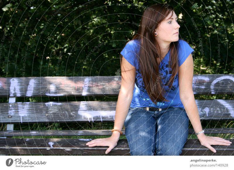 sitting and waiting schön brünett langhaarig Haare & Frisuren T-Shirt Frau Hand Symmetrie Holz kaputt Baum Sträucher grün Blatt Wald Sommer Erwartung geduldig