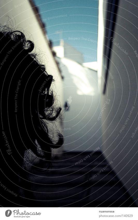 Mensch Mann Straße Kopf Haare & Frisuren Rücken Beginn Treppe Behaarung Zukunft Dach unten Konzentration Laterne Straßenbeleuchtung zurück