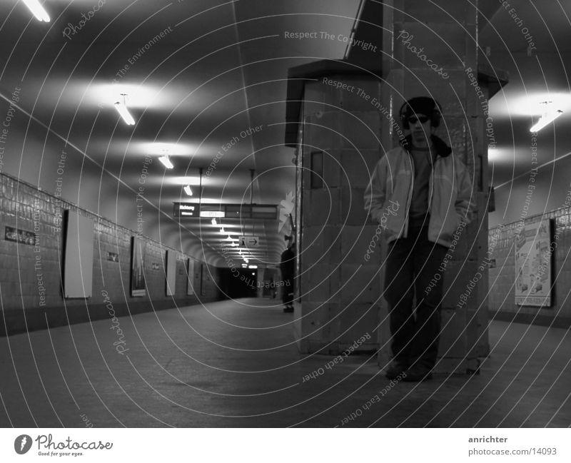einsam? Einsamkeit Berlin Stimmung Verkehr U-Bahn Rosenthaler Platz