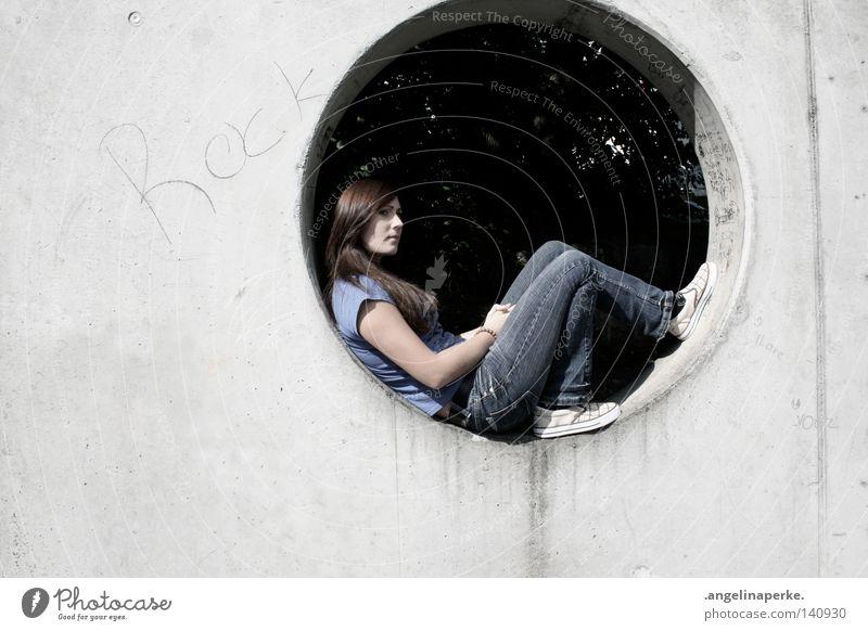 Rock Frau blau alt Hand grün schön Baum Sommer Erholung Graffiti Wand Haare & Frisuren grau Beine Denken Schuhe