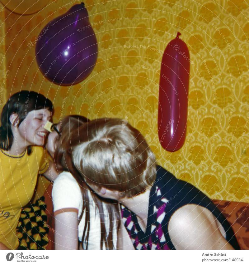 Spassfaktor 1975 Party gelb rot violett Tapete retro früher Siebziger Jahre mehrfarbig Streichholz Bremen Freude Wohnzimmer Eltern Glück Respekt roots