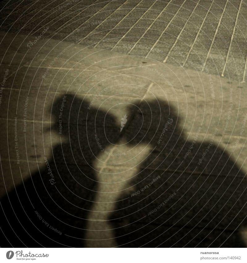 Groundlove Liebe Erde Küssen Frau Mann Liebespaar Begrüßung Abschied Wissenschaften Boden Schatten grau Leidenschaft Kussmund Bürgersteig Behaarung Bräutigam