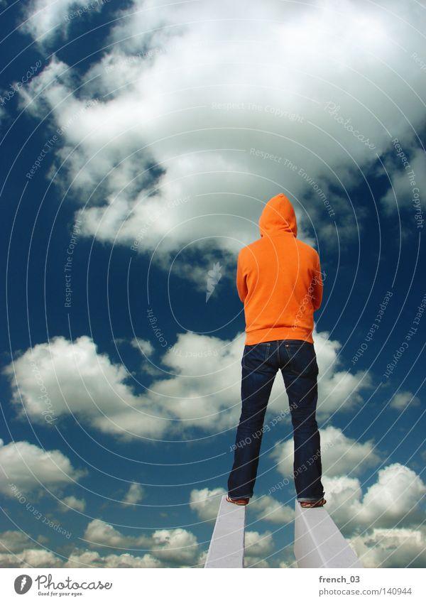 Am Rand der Scheibe Mensch Himmel Mann blau Farbe Wolken Ferne Gefühle Wege & Pfade Religion & Glaube Erde Horizont orange warten Beton