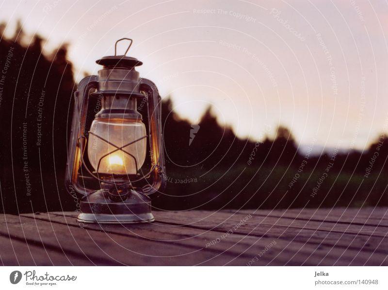 schwedische idylle Wald dunkel Holz Lampe hell Beleuchtung Brand Laterne Camping Steg brennen Flamme Schweden Holzmehl Schwedisch Öllampe