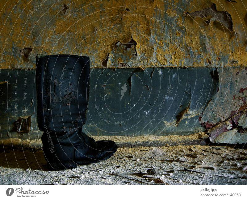 fusspilz alt Einsamkeit Wand Mauer Fuß Schuhe Raum gehen Macht Flughafen Verfall machen Vergangenheit Stiefel Leder Russland