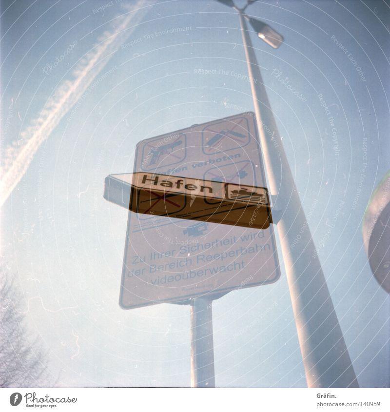 Hafenverbot Himmel Schilder & Markierungen Flugzeug Sicherheit Hinweisschild Hafen St. Pauli Laterne Verkehrswege Stadtteil Respekt Verbote Mittelformat Holga Reeperbahn