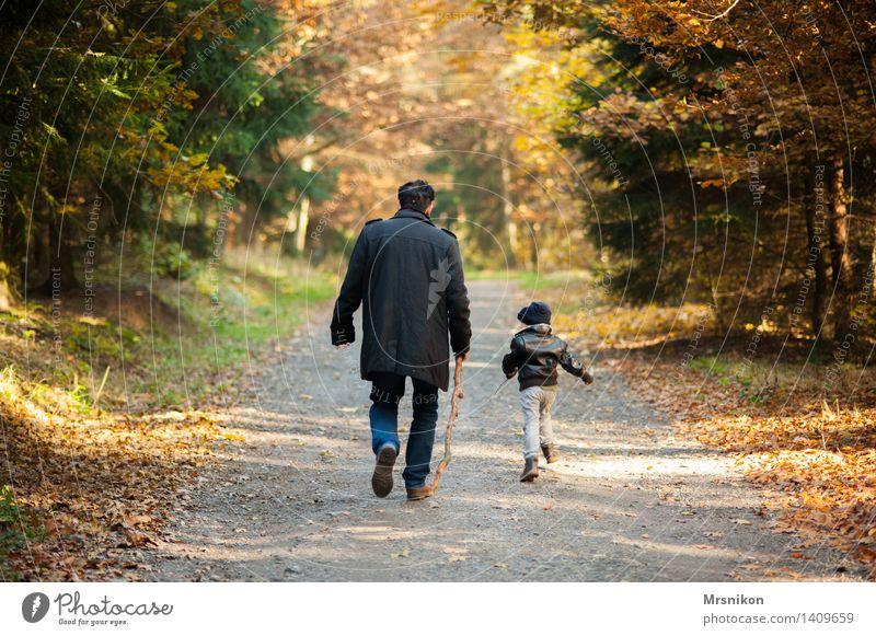 Vater und Sohn Mensch Kind Mann Erwachsene Leben Herbst Liebe Junge Familie & Verwandtschaft maskulin wandern Kindheit Fröhlichkeit Rücken Lebensfreude Schönes Wetter