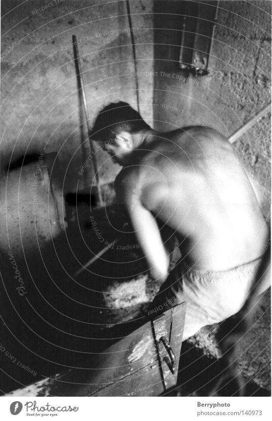 Lavendeldistillerie Mann maskulin Muskulatur Kraft Bewegung Arbeit & Erwerbstätigkeit Frankreich Rücken Innenaufnahme Schwarzweißfoto Arbeitssituation