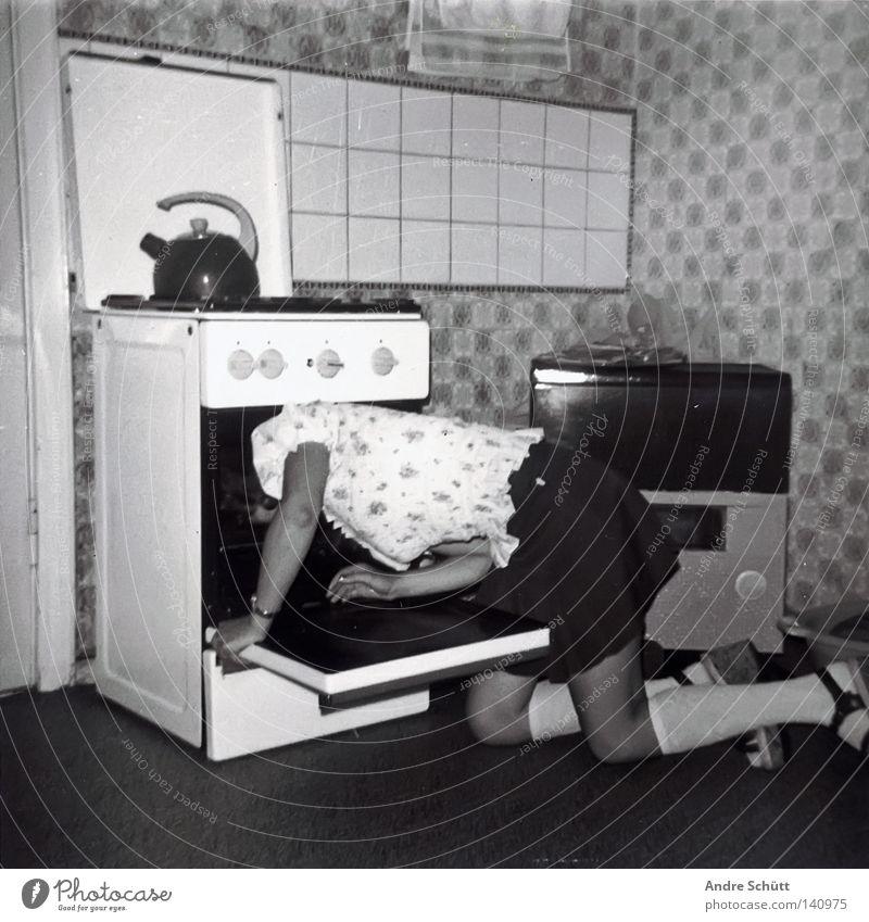 Scheisse die Drogen sind alle.... retro Küche Tod Gas Selbstmord Entertainment Herd & Backofen Minirock Schwarzweißfoto Kessel Kniestrümpfe