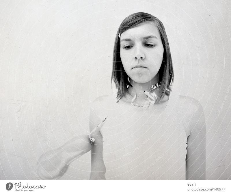 Too much is killing me Frau Mädchen weiß Gesicht schwarz Haare & Frisuren grau Traurigkeit Trauer Luftballon Porträt Schwarzweißfoto