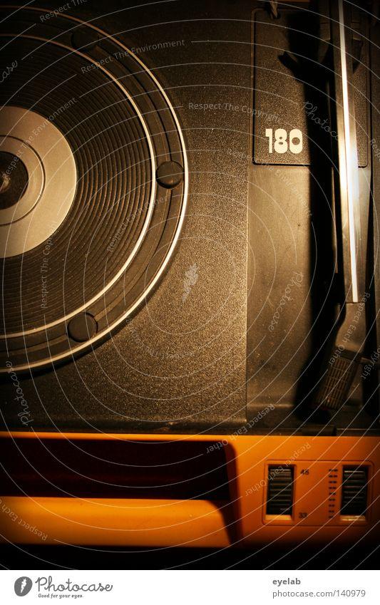 180 rpm ? Plattenteller Plattenspieler Schallplatte retro Diskjockey rund schwarz Siebziger Jahre Kinderfest drehen Drehung liegen passieren Präsentation hören