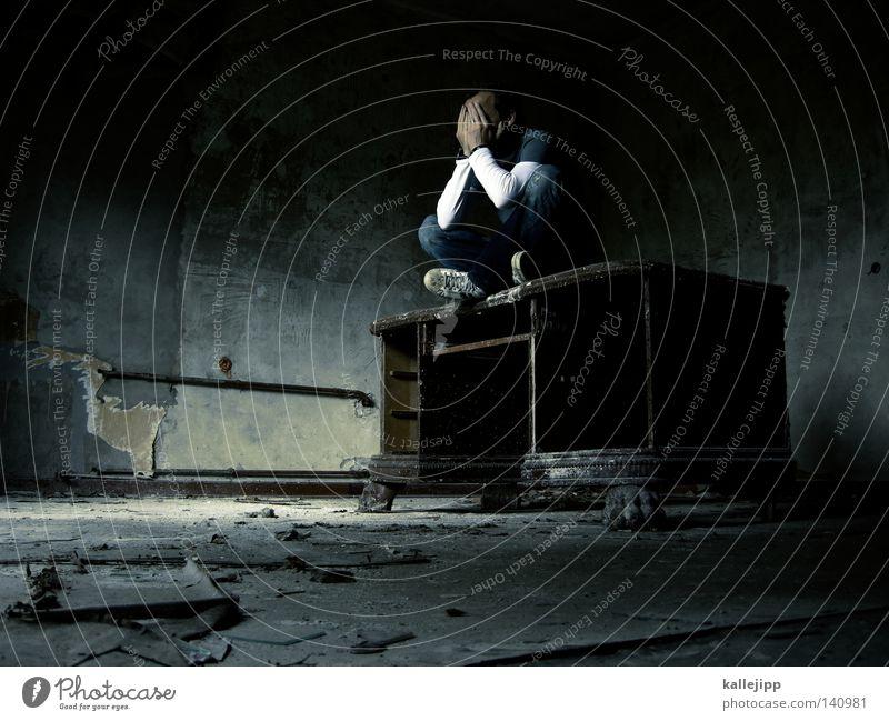 schreibtischtäter Mensch Mann alt Einsamkeit Arbeit & Erwerbstätigkeit Wand grau Raum gehen schlafen sitzen Tisch leer Ordnung Macht Boden