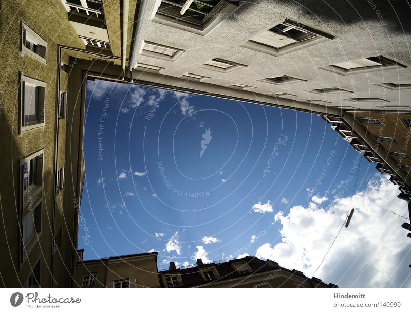 LOKALKOLORIT | Sackgasse? Haus Fenster Straßenbeleuchtung Laterne Stahlkabel Wolken Himmel Schönes Wetter bedeckt blau weiß Bayern München Fensterbrett