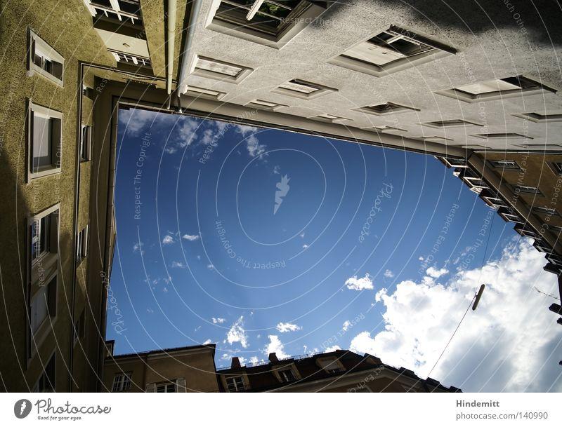 LOKALKOLORIT | Sackgasse? Himmel Stadt blau Sommer weiß Wolken Haus dunkel Fenster Wärme Beleuchtung hell Wohnung Häusliches Leben hoch Ecke