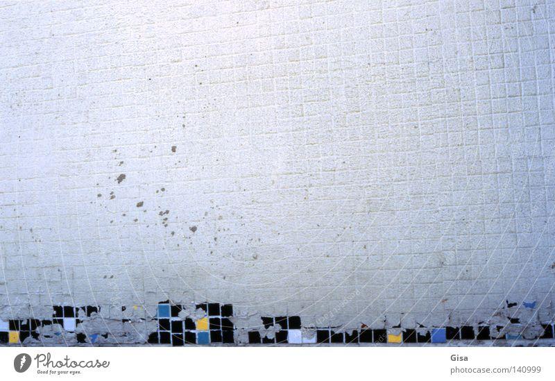 mißratenes tetris alt weiß blau Wand grau Traurigkeit Mauer dreckig Fassade leer Trauer analog verfallen Mosaik unvollendet unerfüllt