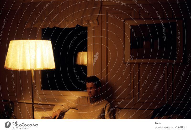 warten auf schlaf Wohnzimmer Mann Stehlampe dunkel Fenster Gemälde Sofa Denken Abend Nacht analog Langzeitbelichtung gelb beige schwarz Ton-in-Ton Bild