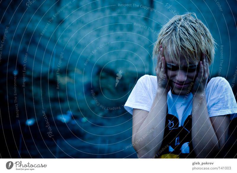 es regnen lassen. Porträt Regen Straße Gewitterwolken Mädchen Farbstoff Lichterscheinung Bekleidung T-Shirt Hand Haare & Frisuren Kopf Nase Gesicht Angst Panik