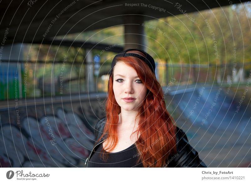 chris_by_fotoart Skateplatz Junge Frau Jugendliche Erwachsene 1 Mensch 13-18 Jahre Landkreis Esslingen T-Shirt Jacke Leder Mütze rothaarig langhaarig stehen