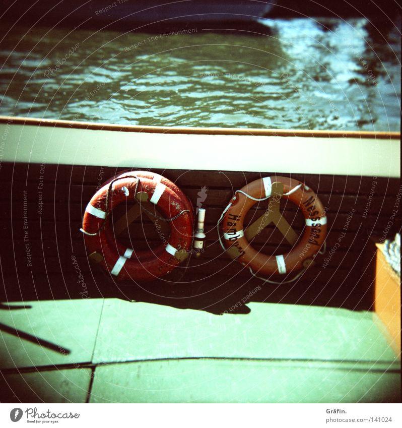 Überbordspringer Zurückholer Wasser rot Wasserfahrzeug Wellen fahren Hafen Unfall retten untergehen Elbe Mittelformat Rettungsring ertrinken Retter Xpro