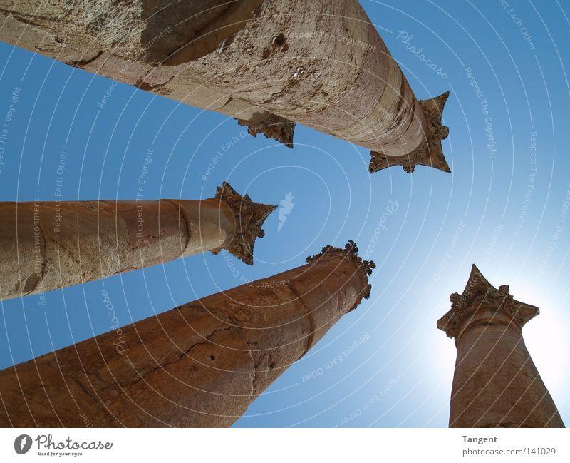 Architektur Gebäude hoch ästhetisch Bauwerk Denkmal Ruine Schönes Wetter Säule Sehenswürdigkeit antik Blauer Himmel Griechenland Römerzeit Korinth
