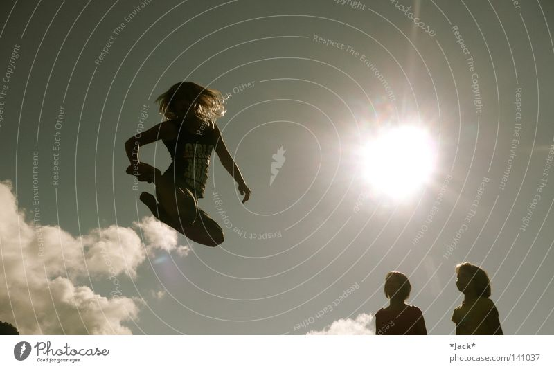 Up Side Down Mensch Kind Himmel Jugendliche blau Ferien & Urlaub & Reisen Sonne Mädchen Sommer Freude Wolken Einsamkeit Freiheit grau Wärme lachen