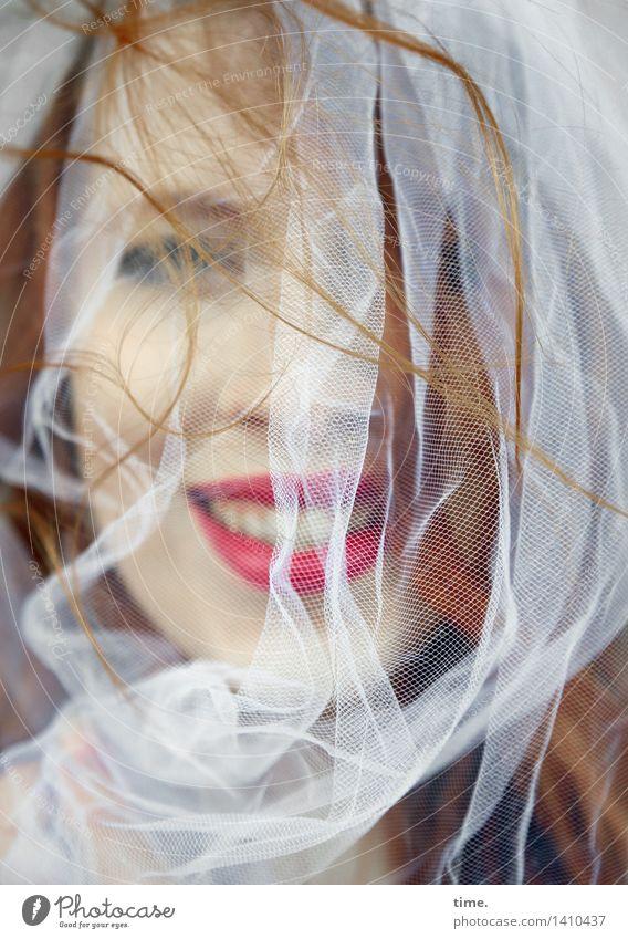 . feminin 1 Mensch Stoff Tuch Schleier Lippenstift rothaarig langhaarig beobachten Lächeln lachen Blick Freundlichkeit Fröhlichkeit lustig schön Freude
