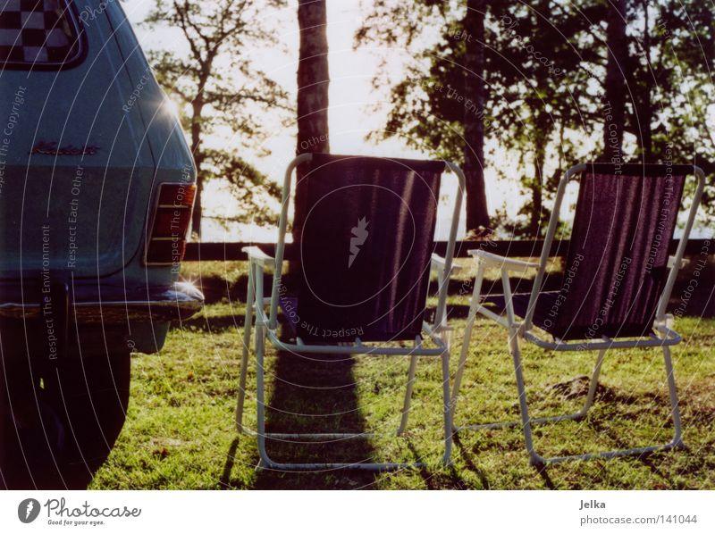 camping auf schwedisch. alt Baum Meer Küste PKW Verkehr Stuhl KFZ Camping Schweden Oldtimer Rücklicht Wohnmobil Heck Campingplatz Campingstuhl