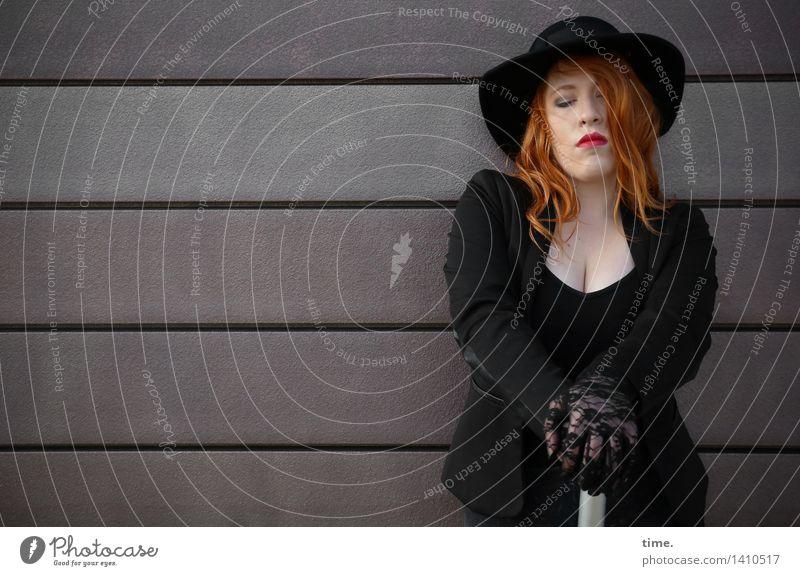 . feminin 1 Mensch Mauer Wand Jacke Regenschirm Hut rothaarig langhaarig Denken Traurigkeit warten dunkel schön Gefühle Selbstbeherrschung Langeweile
