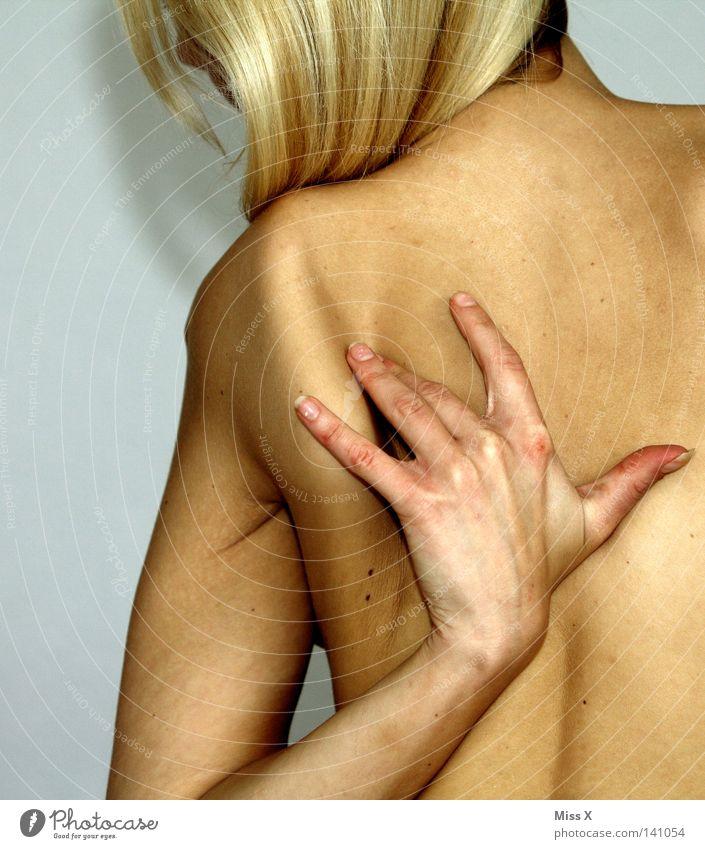 Rückenschmerzen Haut Frau Erwachsene Arme Hand blond nackt Schmerz Schulter Massage Wellness Farbfoto Innenaufnahme Akt Oberkörper Rückansicht Wegsehen