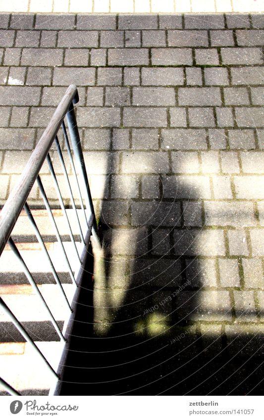 Schatten Mann Sonne Treppe Vergänglichkeit Verkehrswege Treppengeländer Hinterhof Pflastersteine Selbstportrait Hof Treppenabsatz Innenhof Pflasterweg Gewerbebau Fabelwesen