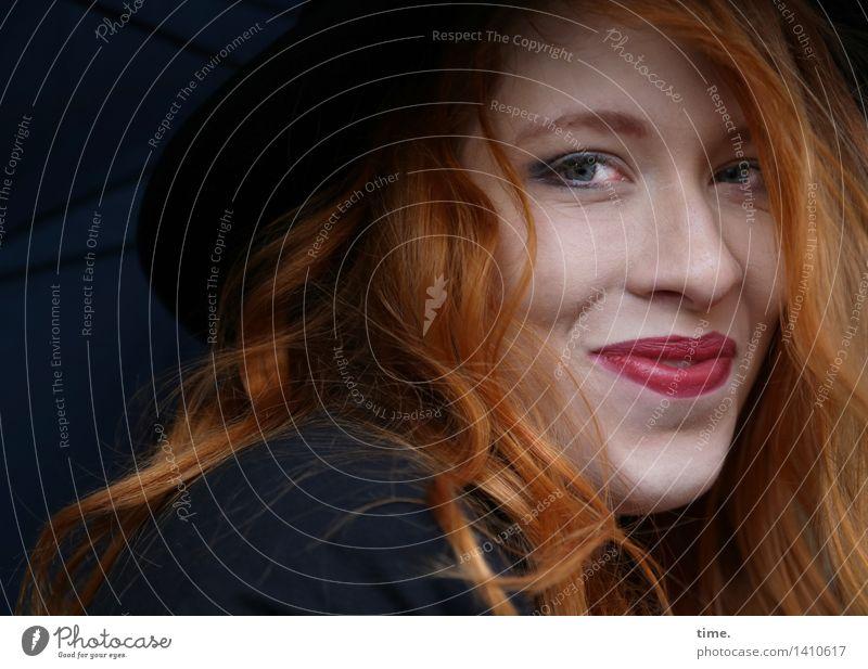. feminin 1 Mensch Jacke Regenschirm Hut rothaarig langhaarig beobachten Lächeln Blick Freundlichkeit Fröhlichkeit schön Glück Zufriedenheit Lebensfreude