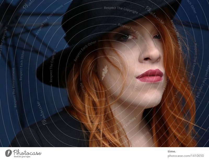 . feminin 1 Mensch Jacke Regenschirm Hut rothaarig langhaarig Locken beobachten Denken Blick warten dunkel schön Coolness Willensstärke Mut Schutz Wachsamkeit