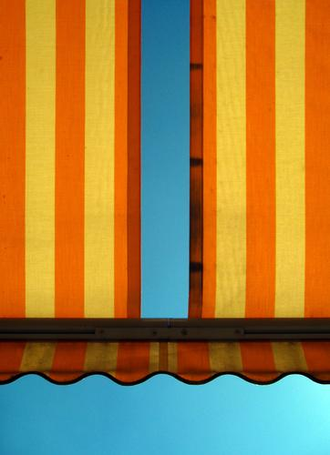Sonnenbrand gelb blau Physik Licht Ferien & Urlaub & Reisen Linie Garten leer Streifen Sonnenbad Balkon orange Wohnung Freizeit & Hobby Terrasse Sommer Markise