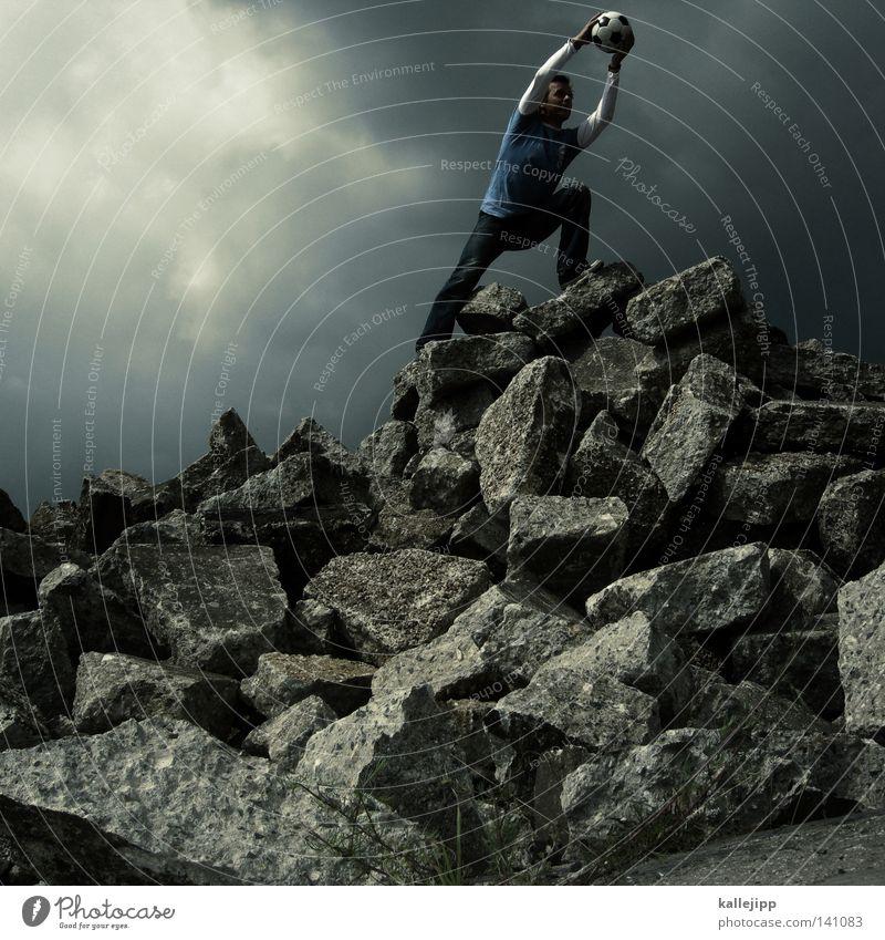 glanzparade Heroismus Held Aufsteiger aufsteigen Fußball Fußballer Geröllfeld Hintergrund neutral Wolkenhimmel Wolkendecke Wolkenwand theatralisch Körpersprache
